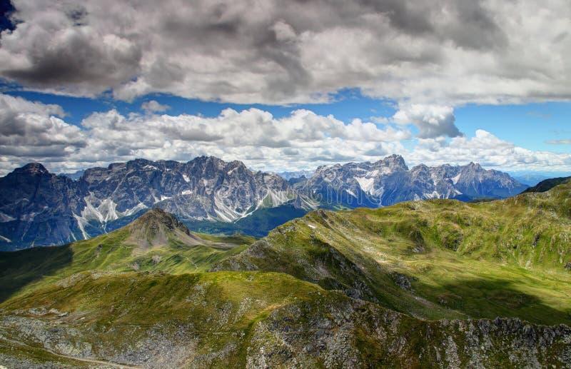 Scherp Sexten-Dolomiet met groene hellingen van Carnic-Alpen Italië royalty-vrije stock foto's