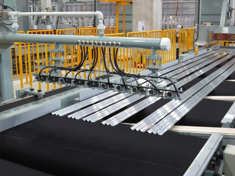 Scherpe aluminiumlijnen stock afbeelding