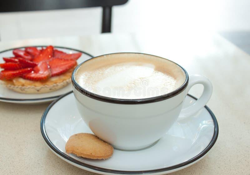 Scherpe cappuccino en aardbei royalty-vrije stock foto