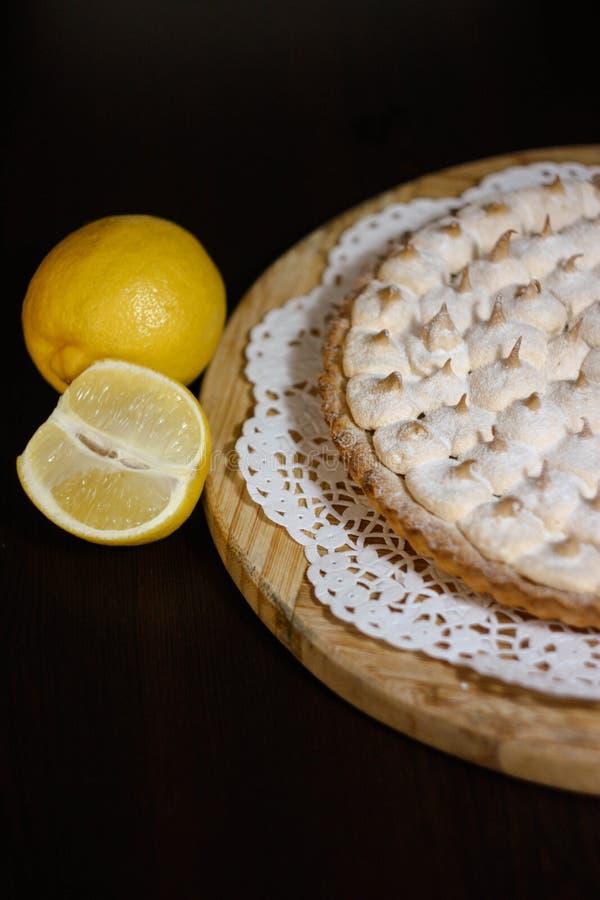 Scherpe citroenpastei stock afbeeldingen