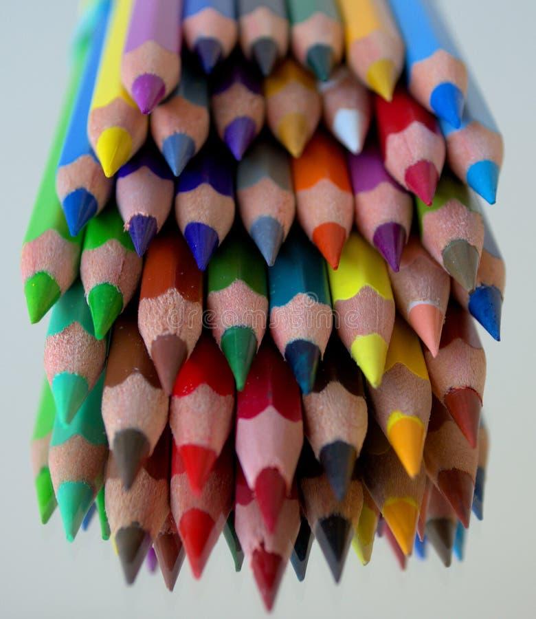 Scherpe gekleurde houten potloden stock fotografie