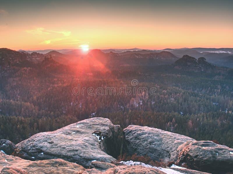 Scherpe gloed in lens Ochtendmening in Zon dicht bij horizon stock afbeelding