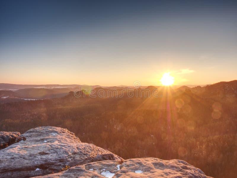 Scherpe gloed in lens Ochtendmening in Zon dicht bij horizon royalty-vrije stock afbeeldingen