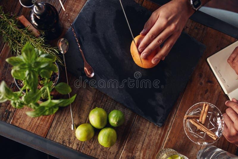 Scherpe grapefruit op scherpe raad royalty-vrije stock afbeeldingen