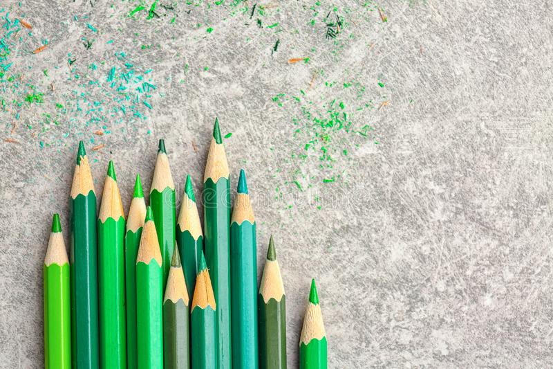 Scherpe groene potloden stock foto's