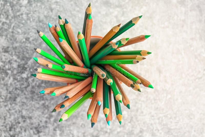 Download Scherpe Groene Potloden In Kop Stock Afbeelding - Afbeelding bestaande uit toon, groen: 107702595
