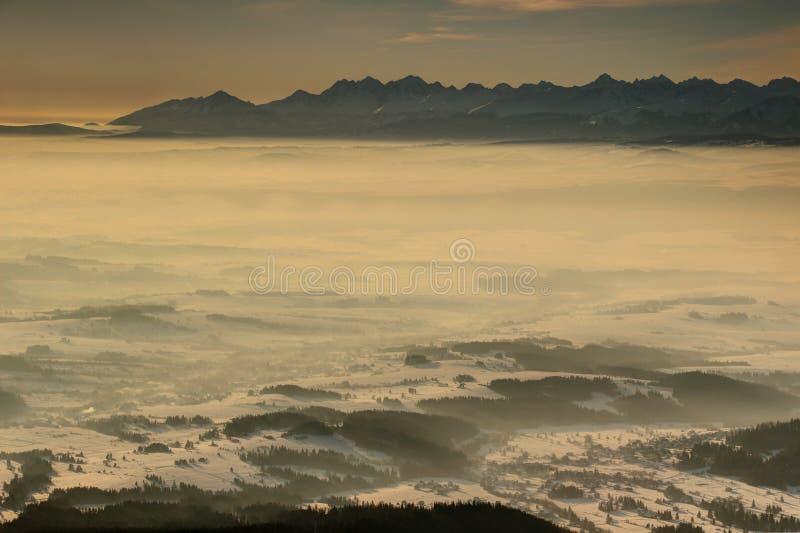 Scherpe Hoge Tatra-pieken boven sneeuwpodhale-bassin Lesser Poland royalty-vrije stock fotografie