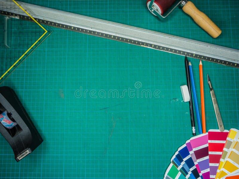 Scherpe mat met diverse stationaire hierboven hulpmiddelen, schot van royalty-vrije stock afbeelding