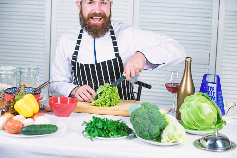 Scherpe messen hakkende groente Bereid ingredi?nt voor het koken voor Volgens recept Nuttig voor significant bedrag van royalty-vrije stock foto