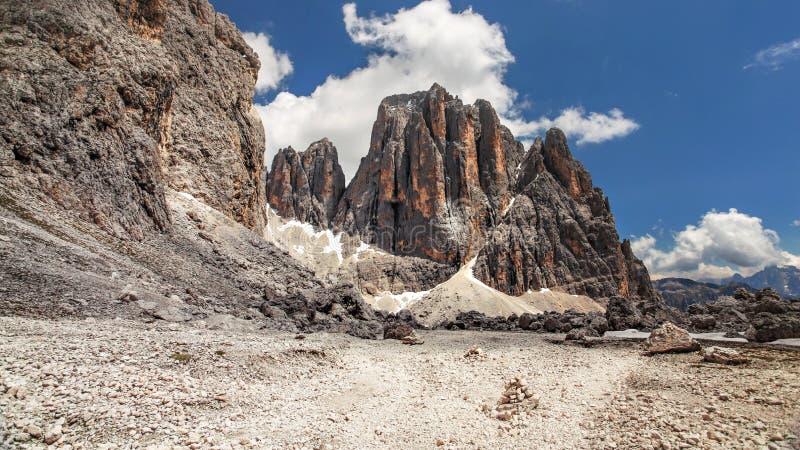 Scherpe pieken van Pale di San Martino, in Pala-Groep Italiaans Dolomiet op zonnige dag, diepe blauwe hemelachtergrond royalty-vrije stock afbeelding