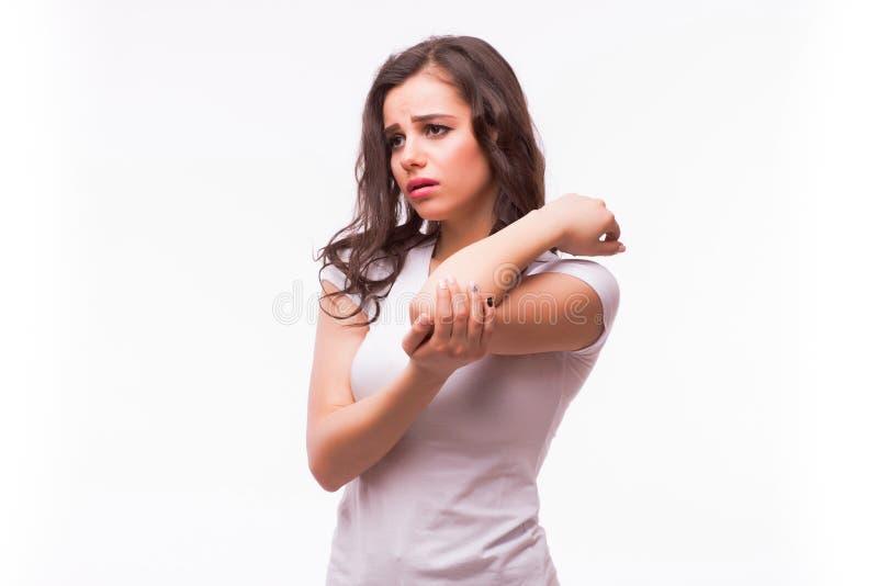 Scherpe pijn in een vrouwenelleboog Het wijfje houdt hand aan vlek van elleboogpijn die op plaats van de pijn wijzen royalty-vrije stock fotografie