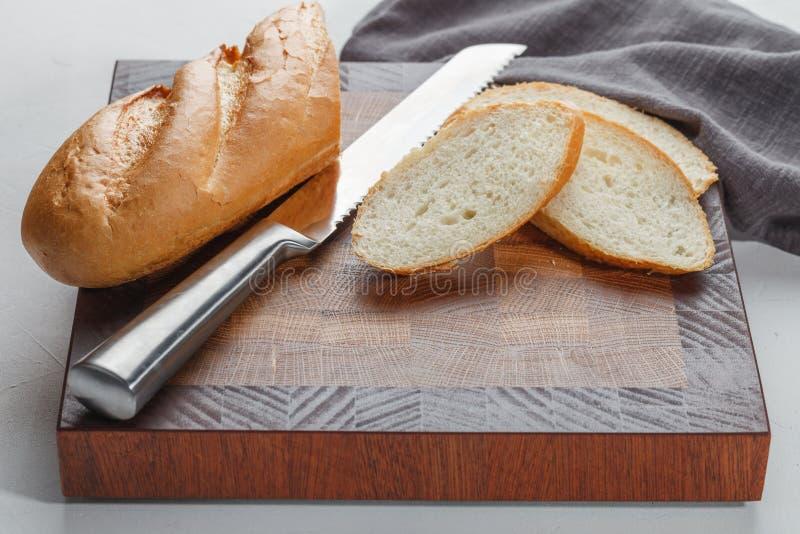 Scherpe raad met brood en mes stock afbeeldingen