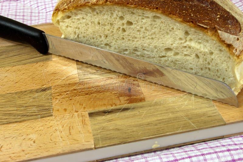 Scherpe raad met brood en mes royalty-vrije stock foto