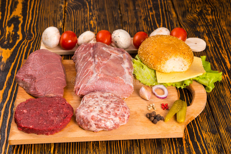 Scherpe raad met divers vlees voor sandwiches stock fotografie