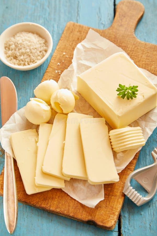Scherpe raad met gesneden blok van verse boter royalty-vrije stock afbeeldingen