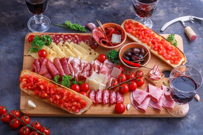 Scherpe raad van Geassorteerde Genezen Vlees, Kaas, brood en wijn royalty-vrije stock foto's