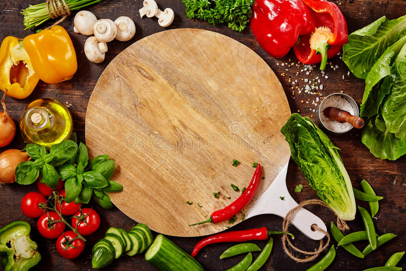 Scherpe Raad, Verse Groenten en Kruiden op Lijst stock afbeelding