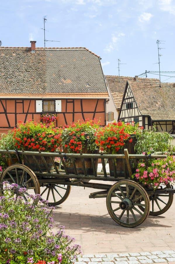 Scherwiller (Alsace) - Chambres et fleurs images stock