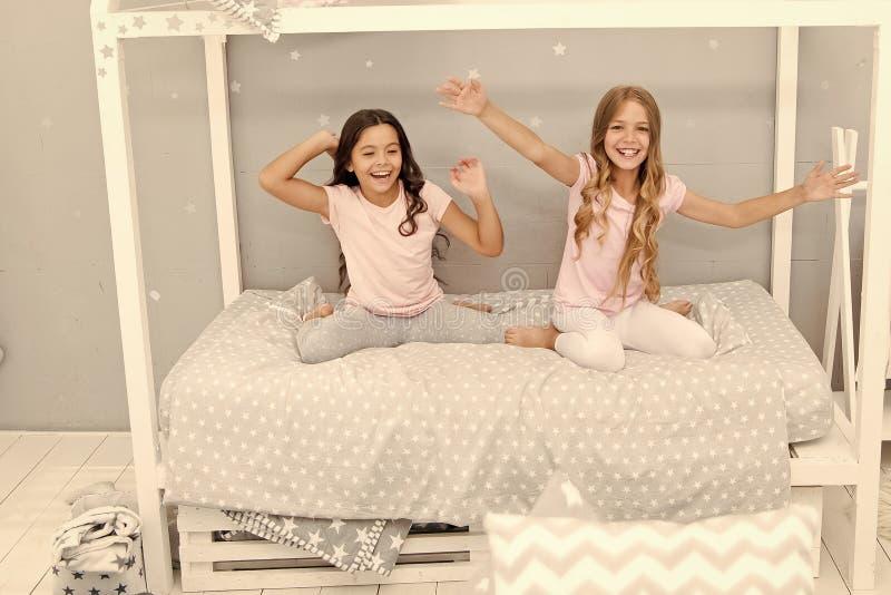 Scherza i migliori amici delle sorelle delle ragazze pieni di energia nell'umore allegro Concetto di buongiorno Grande inizio del fotografie stock libere da diritti