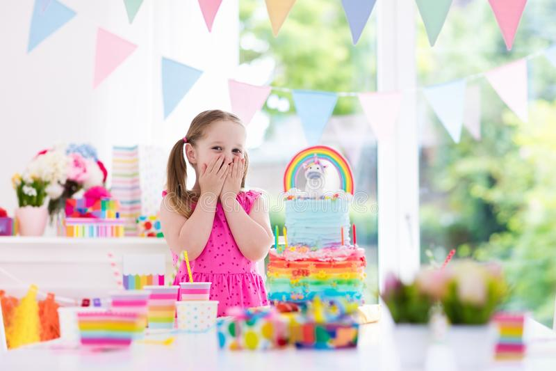 Scherza la festa di compleanno Bambina con il dolce fotografie stock