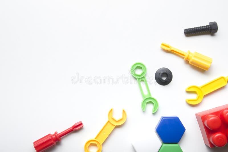Scherza la struttura di sviluppo educativa dei giocattoli su fondo bianco Vista superiore Disposizione piana Copi lo spazio per t fotografie stock libere da diritti