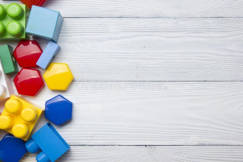 Scherza la struttura di sviluppo educativa dei giocattoli su fondo bianco Vista superiore Disposizione piana Copi lo spazio per t immagini stock libere da diritti