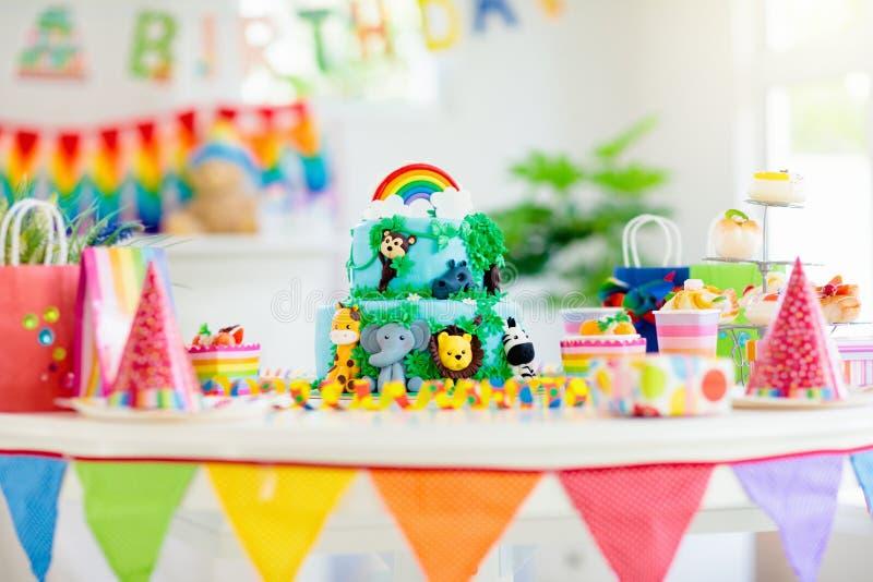 Scherza la torta di compleanno Partito di tema della giungla del bambino fotografie stock libere da diritti