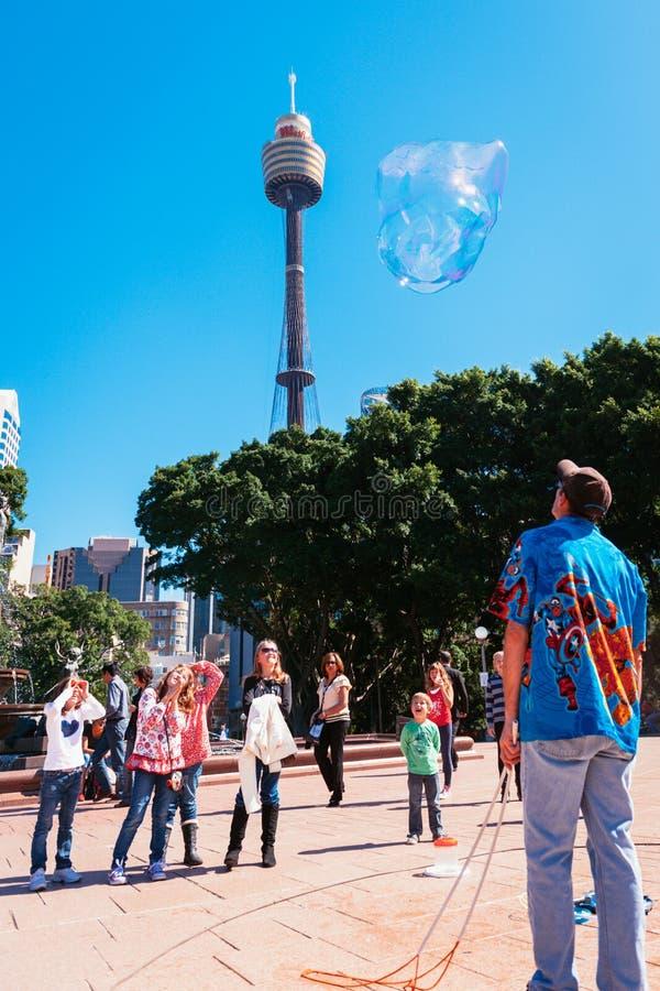 Scherza le bolle di sorveglianza nel parco, Sydney, Australia fotografie stock
