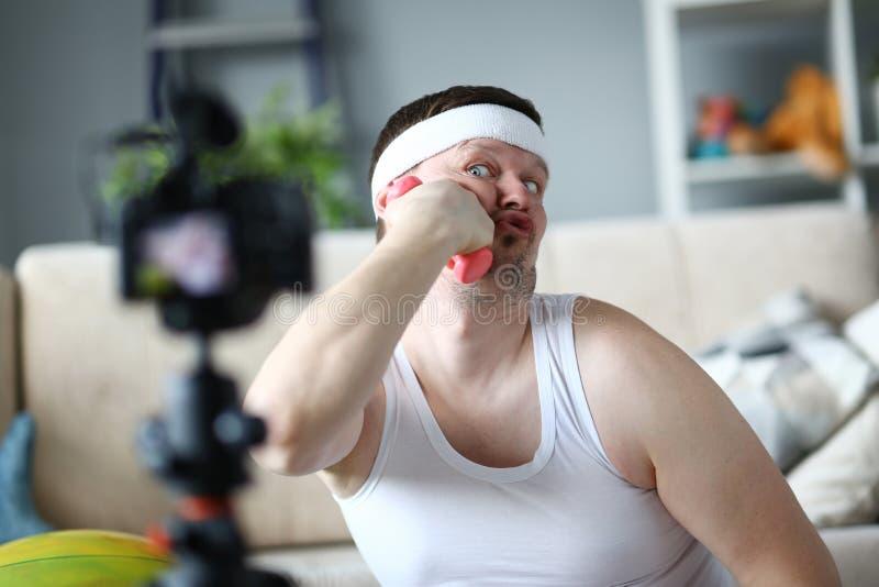 Scherzare divertente di Vlogger e testa di legno messa per affrontare fotografie stock libere da diritti