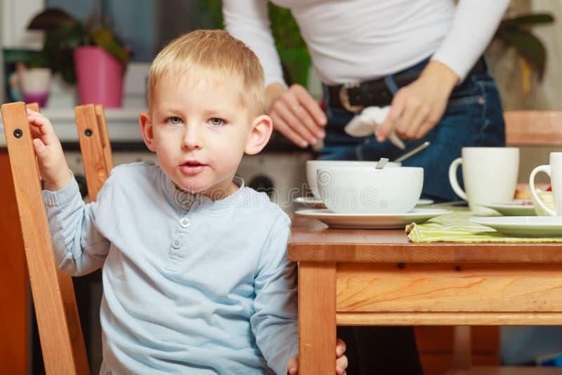 Scherzen Sie den Jungen, der Fr?hst?ck, Getreide und Milch in der Sch?ssel isst stockbilder