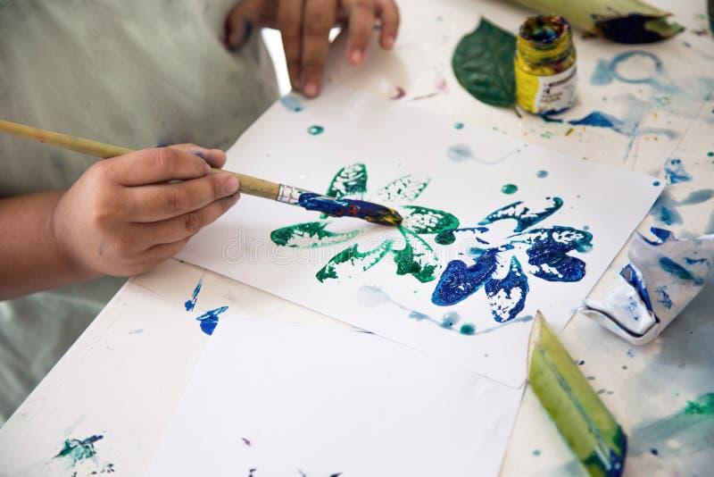 Scherzen Sie Handmalende Teilanlage und machen Sie Kunst lizenzfreies stockbild