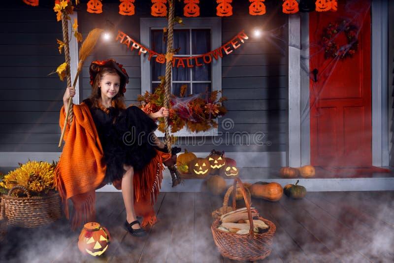 Scherzen Sie im Halloween-Hexenkostüm, das zu Halloween bereit ist stockfotos