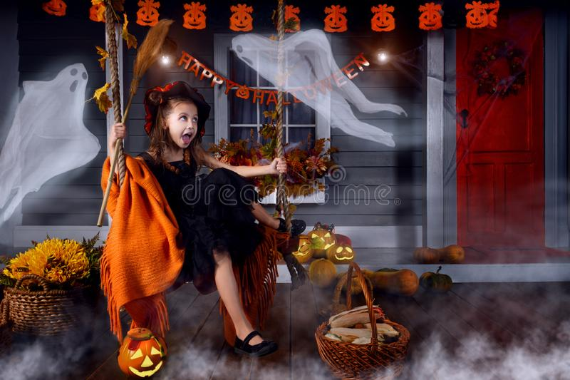 Scherzen Sie im Halloween-Hexenkostüm, das zu Halloween bereit ist stockfoto