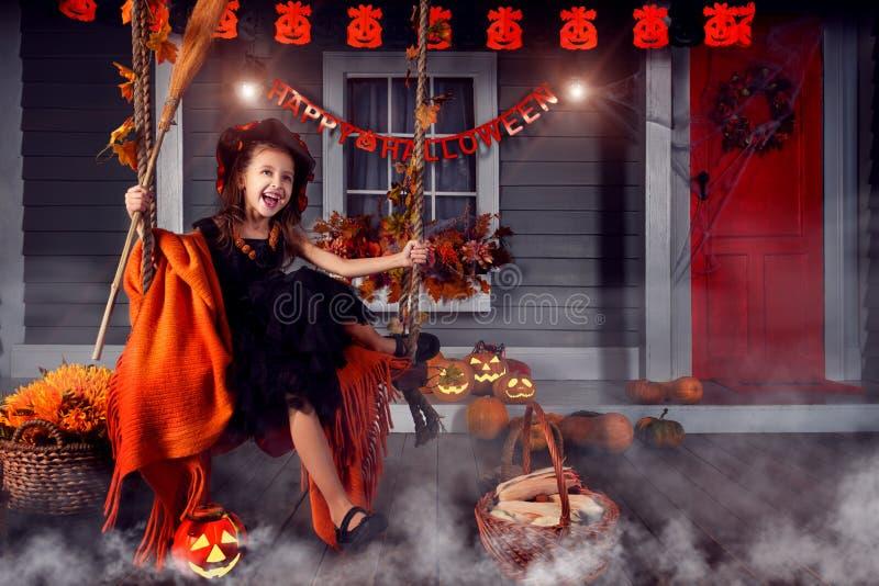 Scherzen Sie im Halloween-Hexenkostüm, das zu Halloween bereit ist lizenzfreies stockfoto