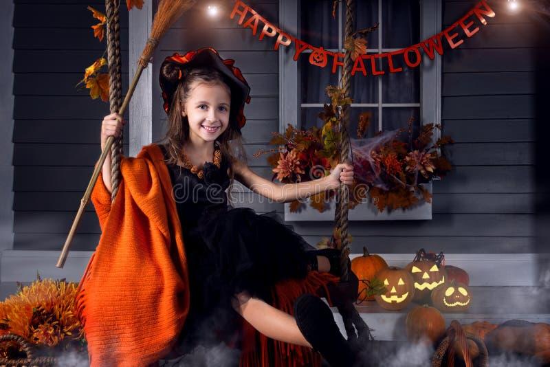 Scherzen Sie im Halloween-Hexenkostüm, das zu Halloween bereit ist stockbild