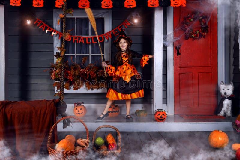 Scherzen Sie im Halloween-Hexenkostüm, das zu Halloween bereit ist lizenzfreies stockbild