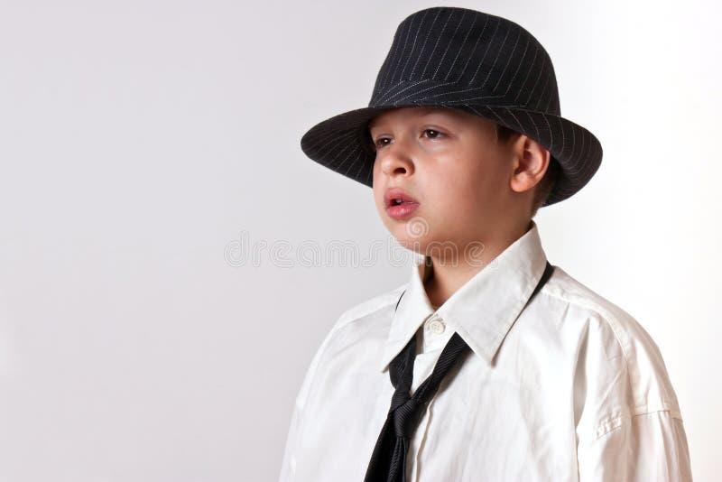 Scherzen Sie im weißen Hemd mit schwarzem Hut und binden Sie stockbilder