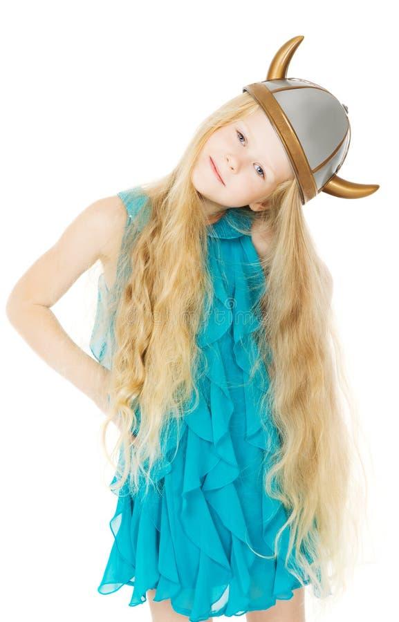 Scherzen Sie Mädchen in Wikinger-Sturzhelm mit dem langen Haar stockbild
