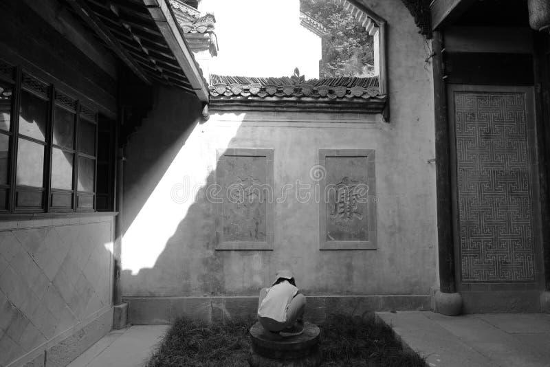 Scherzen Sie Spiel in der alten Wohnung von Anhui-Art, Schwarzweiss-Bild lizenzfreie stockbilder