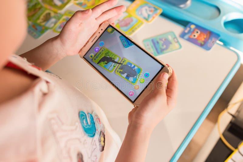 Scherzi il gioco del pop-up aumentato della realtà dell'orso polare e del coccodrillo via il cellulare fotografia stock libera da diritti