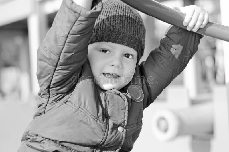 Scherzi in un rivestimento su un autunno del campo da gioco per bambini fotografia stock