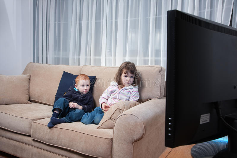Scherzt überwachendes Fernsehen stockfotos