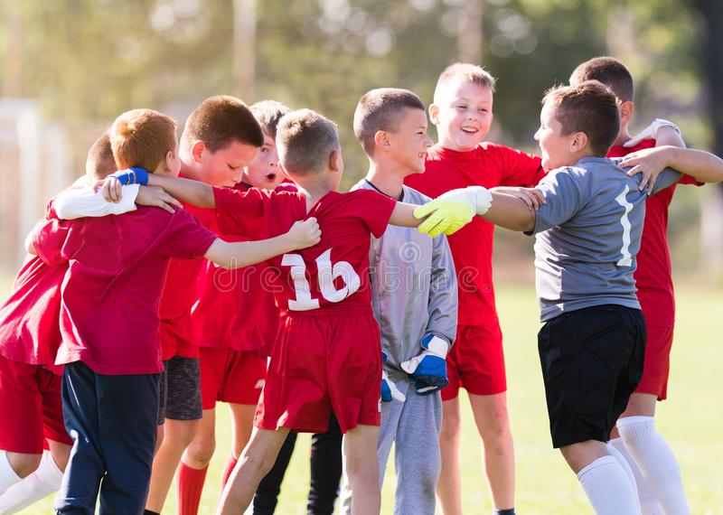 Scherzt Fußballfußball - die Kinderspieler, die nach victo feiern stockfotos