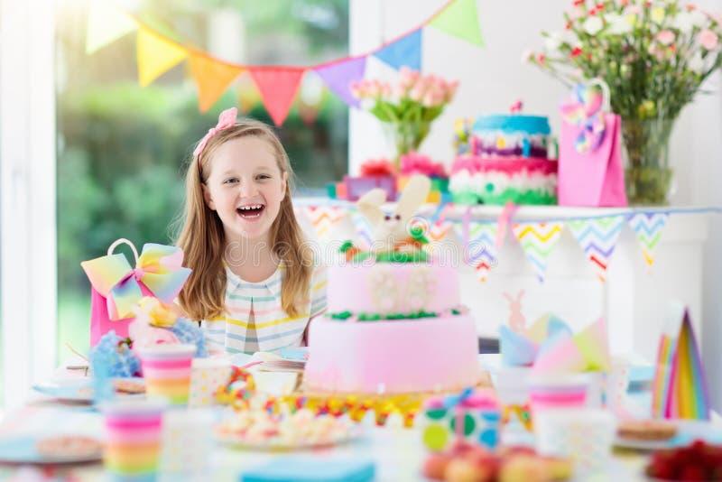 Scherzt Geburtstagsfeier Kind mit Kuchen und Geschenken lizenzfreie stockfotos