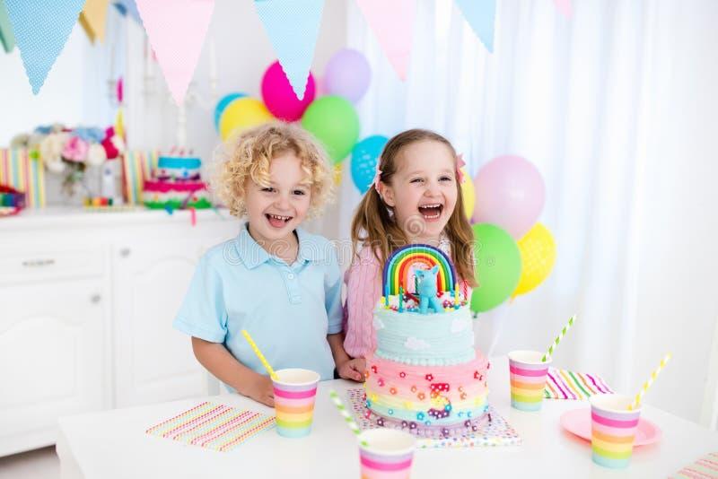 Scherzt Geburtstagsfeier mit Kuchen stockbilder