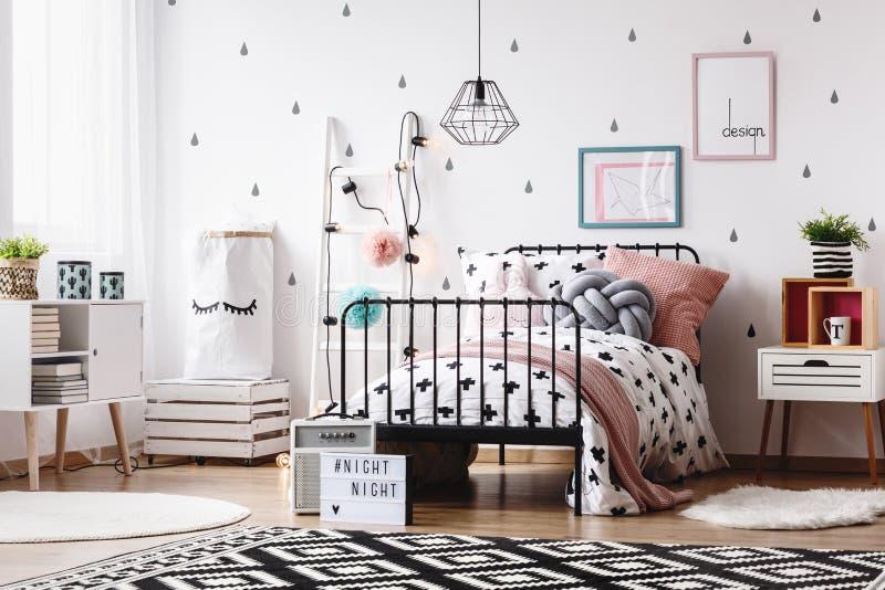 Scherzt Raum mit weißer Leiter stockbild