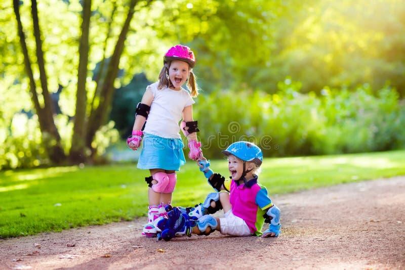 Scherzt Rollschuhlaufen im Sommerpark stockfoto