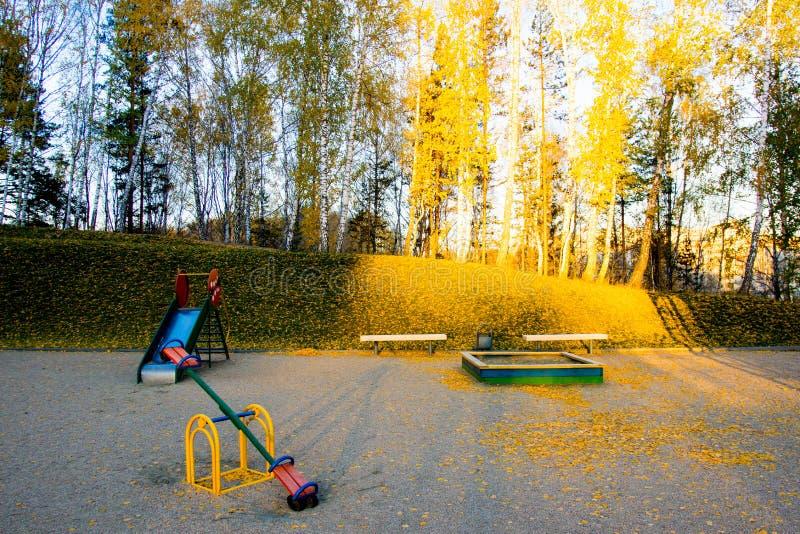 Scherzt Spielplatzplatz am Herbstmorgen stockbilder
