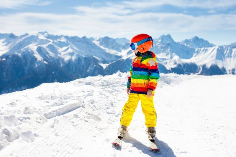 Scherzt Winterschneesport Kinderski Familienskifahren stockfoto