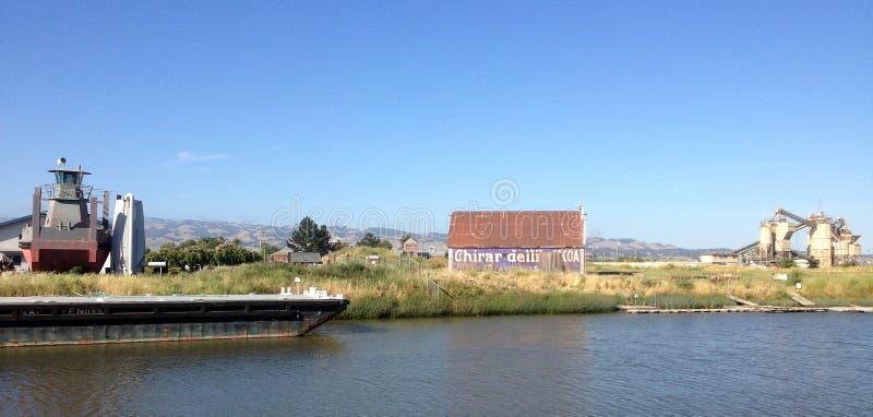 Scheune auf dem Petaluma-Fluss, Kalifornien lizenzfreie stockbilder